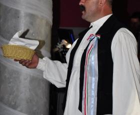 A vőfély egy kosár kenyeret köszönt be
