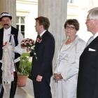 A Vőfély elbúcsúztatja a vőlegényt, majd a vőlegényes háztól indul a menet kikérni a menyasszonyt.